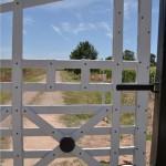 imagen portones rurales entradas y tranqueras pintadas